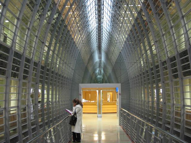 femme en blouse blanche dans un couloir