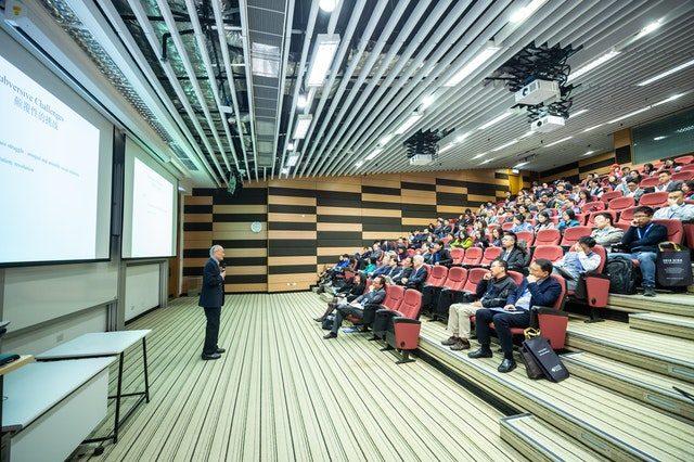 auditorium avec professeur et élèves
