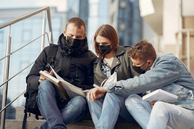 trois jeunes en discussion avec masque