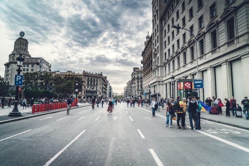 avenue de barcelone avec des passants