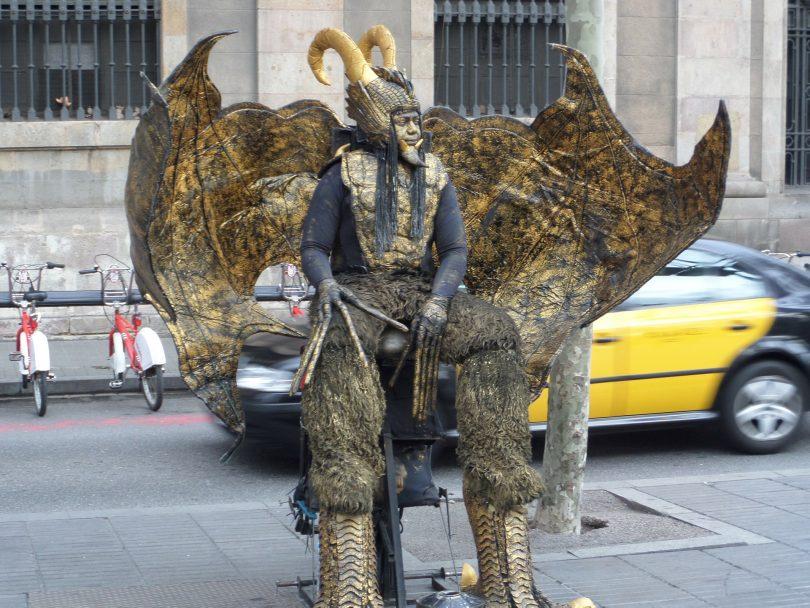 homme statue en forme d'animal dans les rues de barcelone