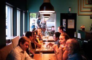 salle de restaurants avec des personnes