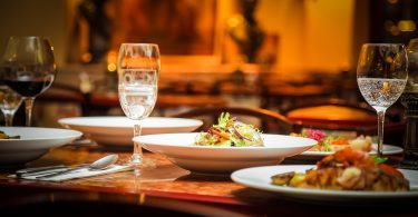 table avec assiettes de nourriture