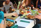 repas de personnes autour d'une table