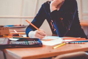 enfant a table avec crayon