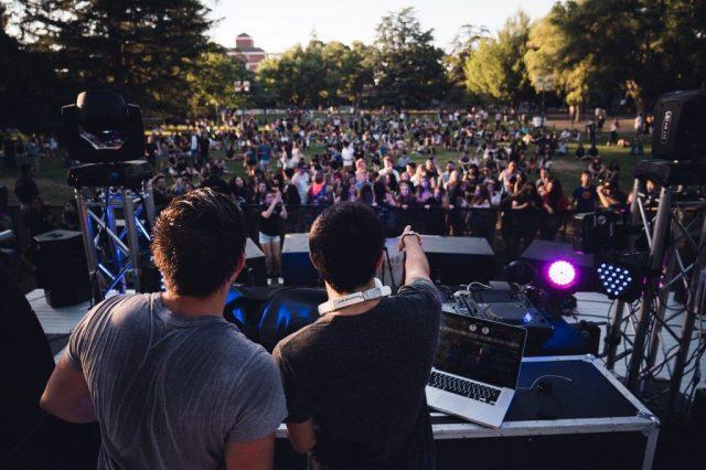 concert de dj en plein air devant un public
