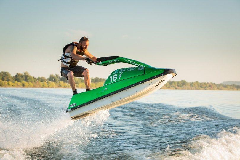 homme faisant du jet ski