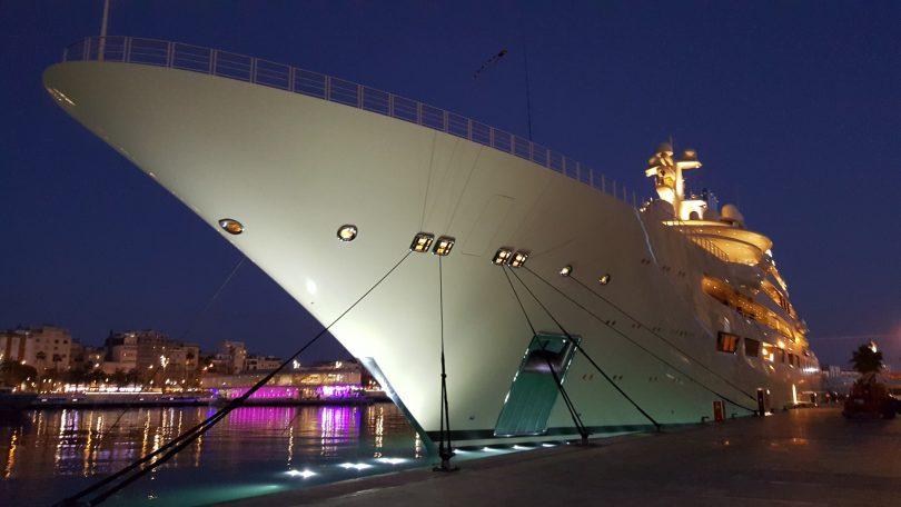 bateau accosté dans un port la nuit