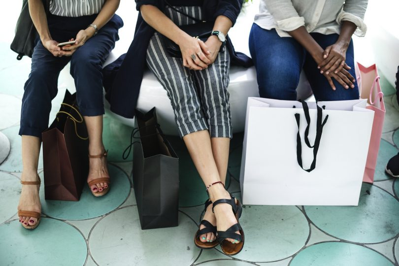 femmes assises avec des sacs
