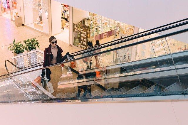 femme faisant du shopping dans un centre commercial