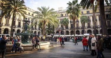 place de barcelone avec fontaine d'eau et palmiers