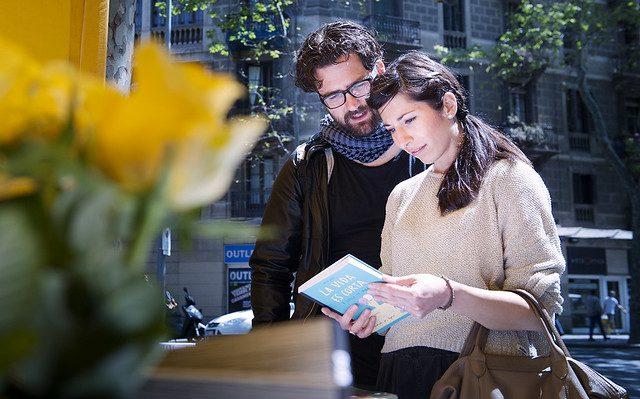 un couple lisant un livre pour la sant jordi