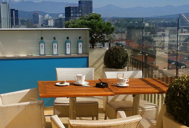 terrasse donnant sur la ville