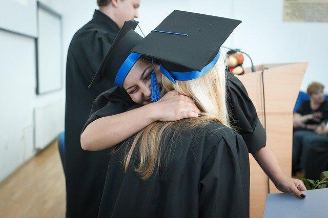 deux femmes s'embrassant lors de leur diplôme