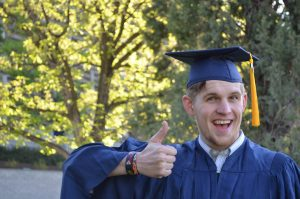 etudiant en tenue de diplômé