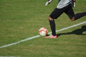 footballeur sur gazon avec ballon
