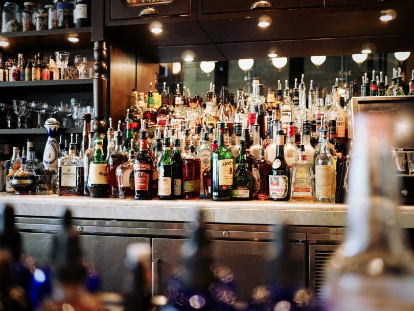 comptoir de bar avec bouteilles