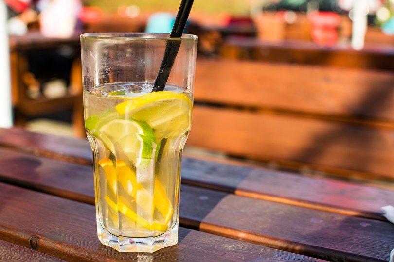 verre sur une table au soleil