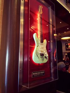 Guitare des Red Hot Chili Peppers exposée au Hard Rock Café Barcelona