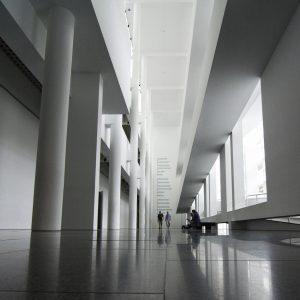 imagen del interior de un edificio blanco