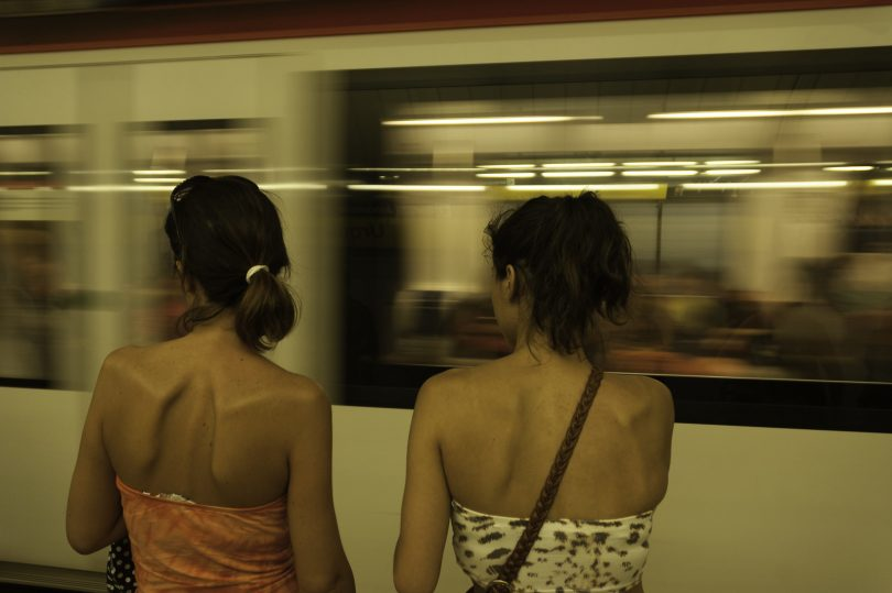 deux filles devant le metro qui passe