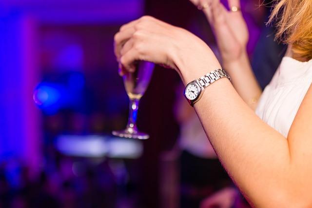 femme tenant un verre de champagne