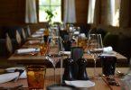 table de restaurant avec couverts et verres