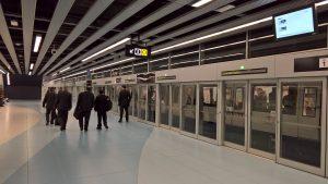 station de métro à barcelone avec portes