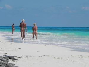 hommes nus marchant sur la plage