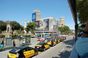 taxis en attente sur une place de barcelone