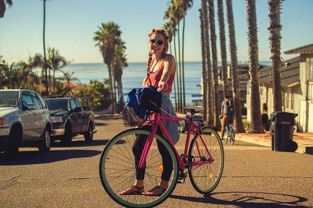 fille tenant un vélo