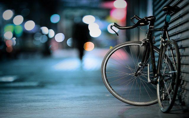 velo dans une rue la nuit