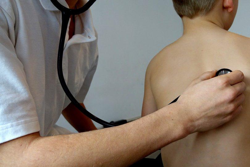 docteur avec un enfant