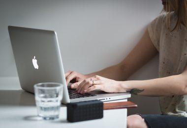 femme pianotant sur un laptop
