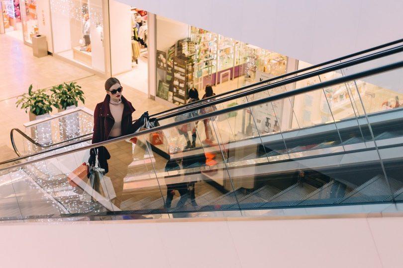 femme dans un centre commercial