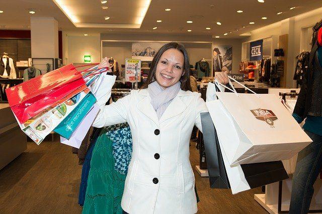 femme avec de sacs de shopping