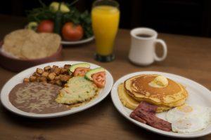 assiettes de pancake et omelette