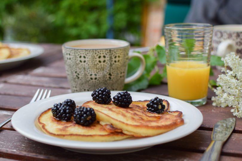 assiette de pancakes et jus d'orange