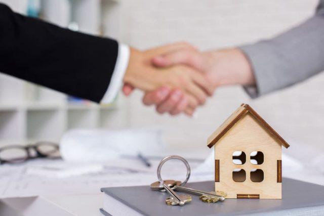 poignée de mains avec clés de maison