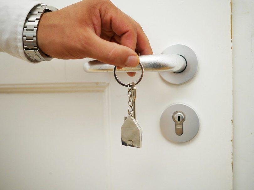 main tenant des clés