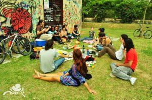 picnic-park-friends-share