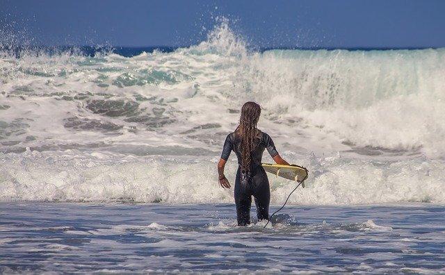 fille faisant du surf dans l'eau