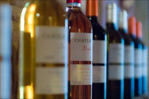 """Le vignoble de Bordeaux est un vignoble français circonscrit aux limites culturales de la vigne dans le département de la Gironde. Ce vignoble représente une palette de multiples nuances gustatives dues aux cépages cultivés, aux terroirs, aux pratiques de culture et de vinification, à l'ensoleillement, ainsi qu'à la nature variée des terres. Le vignoble de Bordeaux produit 80 % de vins rouges et 20 % de vins blancs secs ou liquoreux, des rosés et des vins mousseux. Avec 117 500 hectares de vignobles, la Gironde est le troisième département viticole de France en termes de production globale après l'Hérault et l'Aude mais le premier pour les AOC en volume. Avec 117 500 hectares de vignobles, la Gironde est le troisième département viticole de France en termes de production globale après l'Hérault et l'Aude mais le premier pour les AOC en volume. A Bordeaux wine is any wine produced in the Bordeaux region of France. Average vintages produce over 700 million bottles of Bordeaux wine, ranging from large quantities of everyday table wine, to some of the most expensive and prestigious wines in the world. 89% of wine produced in Bordeaux is red (called """"claret"""" in Britain), with notable sweet white wines such as Chateau d'Yquem, dry whites, rosé and sparkling wines (Crémant de Bordeaux) all making up the remainder. Bordeaux wine is made by more than 8,500 producers or châteaux. There are 60 appellations of Bordeaux wine."""