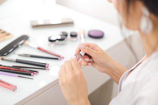 femme testant du maquillage