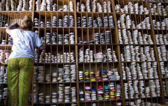 femme dans un magasin de chaussures