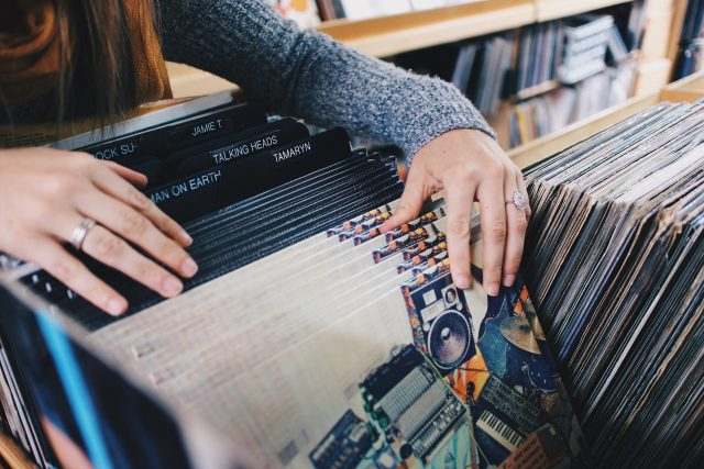 main disque vinyle