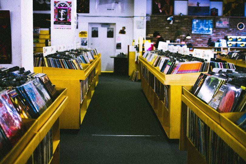 couloir et rangements de disques vinyles
