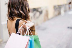 femme portant des sacs de course