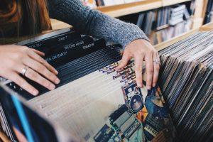 main de femme et vinyles
