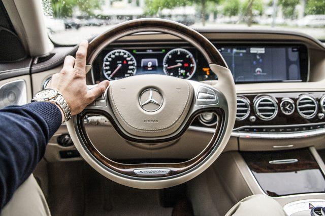 main au volant de voiture
